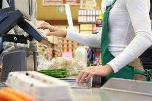 foto de jovem aprendiz trabalhando em caixa de supermercado