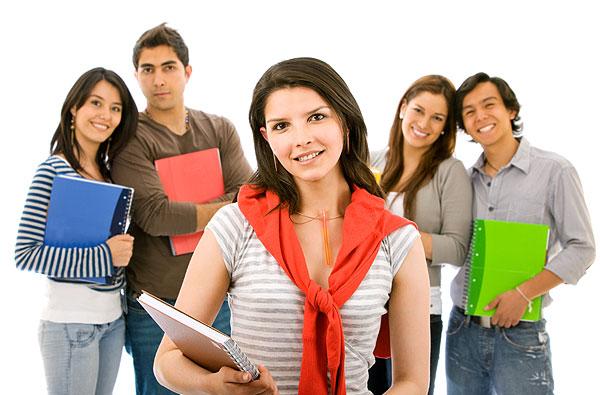 jovens estudantes com livro na mão